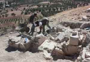 Archeologi scavano la collina di fronte al palazzo